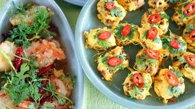 Взгляд сверху тайских блюд кухни, известная международная еда стоковые фотографии rf