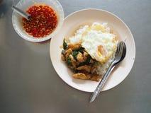 Взгляд сверху тайской местной жареной курицы stir с святым базиликом с глубокой яичницей, с соусом рыб Стоковое фото RF