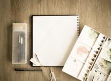 Взгляд сверху тетради и цветовой палитры художника на деревянном vint пола Стоковое Изображение RF