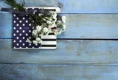 Взгляд сверху тетради на деревянном столе Стоковые Изображения RF