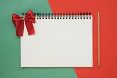Взгляд сверху тетради на красном зеленом рождестве стоковая фотография rf
