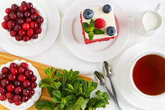 Взгляд сверху торта меренги с сливк и клюквами Красный торт бархата с голубиками и полениками Стоковые Изображения RF