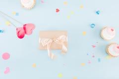Взгляд сверху тортов и подарочной коробки с модель-макетом ленты Стоковое Изображение