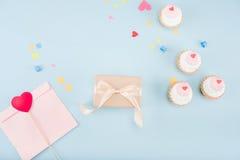 Взгляд сверху тортов и подарочной коробки с модель-макетом ленты Стоковое Фото