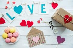 Взгляд сверху украшений дня валентинок, печений macaroon и подарочной коробки Стоковые Фотографии RF