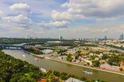 Взгляд сверху улиц и квадратов Москвы от вершины блока квартир на холмах воробья. Стоковое Изображение RF