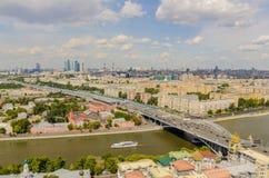 Взгляд сверху улиц и квадратов Москвы от вершины блока квартир на холмах воробья. Стоковое Фото