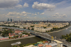 Взгляд сверху улиц и квадратов Москвы от вершины блока квартир на холмах воробья. Стоковые Изображения