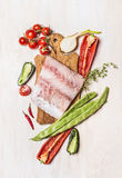 Взгляд сверху филе сырых рыб с ингридиентами свежих овощей Стоковое фото RF