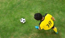 Взгляд сверху футболиста стоковые фотографии rf