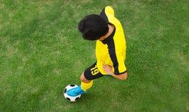 Взгляд сверху футболиста стоковое фото rf