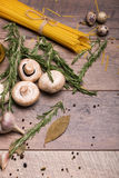Взгляд сверху хворостин грибов, макаронных изделий и розмаринового масла Яичка триперсток с лапшами на предпосылке деревянного ст стоковые фотографии rf