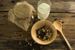 Взгляд сверху хлопьев и молока на старом деревянном столе Стоковое фото RF