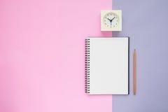 Взгляд сверху часов карандаша тетради стоковые изображения