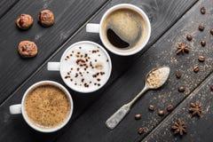 Взгляд сверху чашек кофе, кофейных зерен, печений и специй Стоковое Изображение RF
