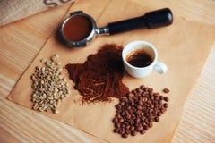 Взгляд сверху чашка кофе и 3 различных разнообразия Стоковое Изображение RF