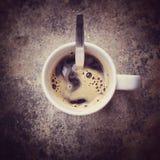 Взгляд сверху чашка черного кофе Стоковые Изображения