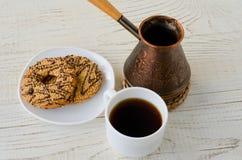 Взгляд сверху чашки кофе, печений и бака кофе Стоковая Фотография RF