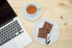 Взгляд сверху чашки пирожного и чая на деревянном столе Стоковые Фото