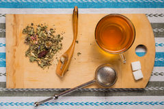Взгляд сверху чашки чаю с кучей сухих трав на деревянном de Стоковое Изображение RF