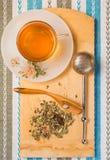 Взгляд сверху чашки чаю с кучей сухих трав на деревянном de Стоковые Фотографии RF