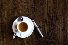 Взгляд сверху чашки чаю с e-сигаретой Стоковая Фотография RF