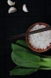 Взгляд сверху шара риса жасмина с свежими Veggie и чесноком Стоковое Изображение RF
