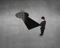 Взгляд сверху для бизнесмена, ключевого отверстия формы и лестницы бесплатная иллюстрация