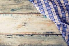 Взгляд сверху checkered салфетки на деревянном столе Стоковое Изображение RF