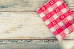 Взгляд сверху checkered салфетки на деревянном столе Стоковая Фотография RF