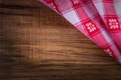Взгляд сверху checkered салфетки на деревянном столе Стоковое фото RF