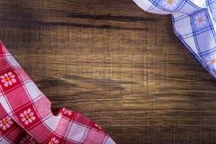 Взгляд сверху checkered салфетки на деревянном столе Стоковая Фотография