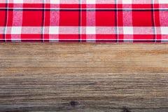Взгляд сверху checkered салфетки на деревянном столе Стоковое Изображение