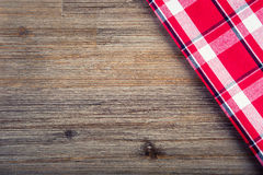 Взгляд сверху checkered салфетки на деревянном столе Стоковое Фото
