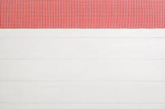 Взгляд сверху checkered салфетки ткани на белом деревянном столе Стоковые Фотографии RF