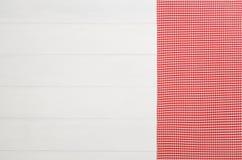 Взгляд сверху checkered салфетки ткани на белом деревянном столе Стоковое Изображение