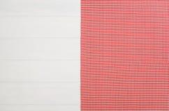 Взгляд сверху checkered салфетки ткани на белом деревянном столе Стоковое Изображение RF