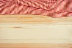 Взгляд сверху checkered салфетки ткани на деревянном столе Стоковое фото RF