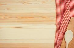 Взгляд сверху checkered салфетки ткани на деревянном столе Стоковая Фотография RF