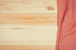 Взгляд сверху checkered салфетки ткани на деревянном столе Стоковое Изображение RF