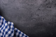 Взгляд сверху checkered скатерти кухни на граните - бетоне - каменная предпосылка Открытый космос для ваших текста или продуктов Стоковая Фотография RF