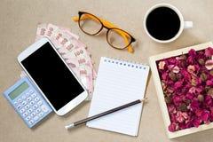 Взгляд сверху Copyspace страницы и банкноты тетради кофе пустой Стоковое Фото