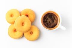 Взгляд сверху donuts и чашки кофе Стоковые Фотографии RF