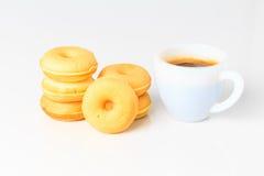 Взгляд сверху donuts и чашки кофе Стоковые Фото