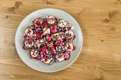 Взгляд сверху fruity бельгийских waffles с шоколадом и клубника sauce Стоковое Изображение