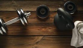 Взгляд сверху kettlebell черного листового железа, гантели и белого полотенца на w Стоковая Фотография RF