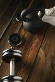 Взгляд сверху kettlebell черного листового железа, гантели и белого полотенца на w Стоковые Фото
