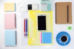 Взгляд сверху smartphone с ac кофе, тетради, карандаша и офиса Стоковая Фотография