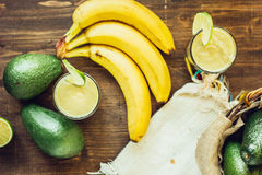 Взгляд сверху smoothie банана авокадоа с ингридиентами Стоковое фото RF