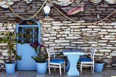Взгляд сетей рыб, голубых стульев, двери, баков и каменной стены Стоковое Изображение RF